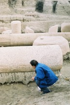 Photo: Cornelis Hulsman, Egyptologist Lutfi Sherif examing the Pharaonic columns.