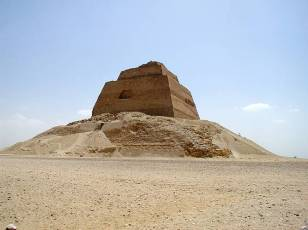 Photo: Wikipedia, the pyramid at Meidum. What left is in fact the unfinished inner step pyramid, that should have had an outer layer according to the speculation.